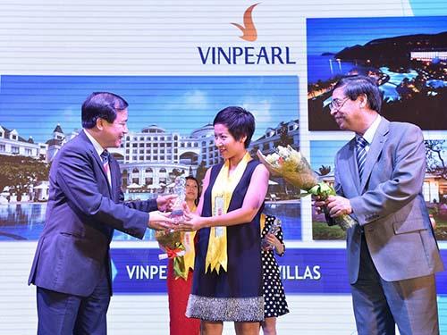 Ông Hà Văn Siêu (trái), Phó Tổng cục trưởng Tổng cục Du lịch và ông Nguyễn Phú Bình, Phó Tổng Biên tập Thời báo Kinh tế Việt Nam, trao danh hiệu Top 10 The Guide Awards cho đại diện Vinpearl