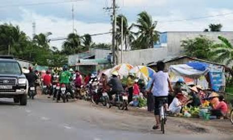 Người dân đứng xem các lực lượng bắt giữ đối tượng trộm xe