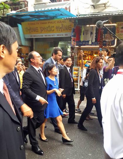 Tổng thống Pháp Francois Hollande đi bộ trên phố cổ Hà Nội, tới quán cà phê Cộng - Ảnh: Thế Huỳnh