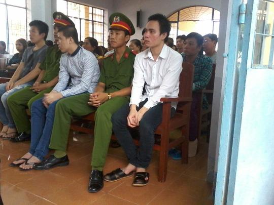 Khang, Ca và Nhựt khi bị đưa ra xét xử. Ảnh:CÔNG TUẤN