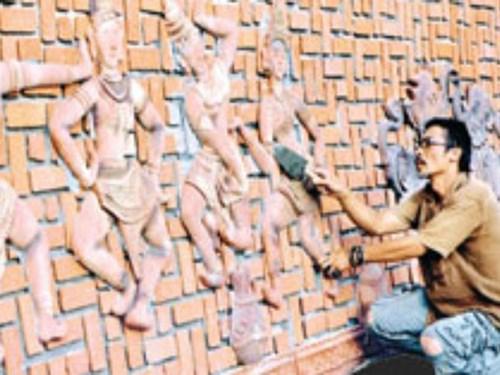 Nguyễn Ngọc Tuấn bên những tác phẩm gốm