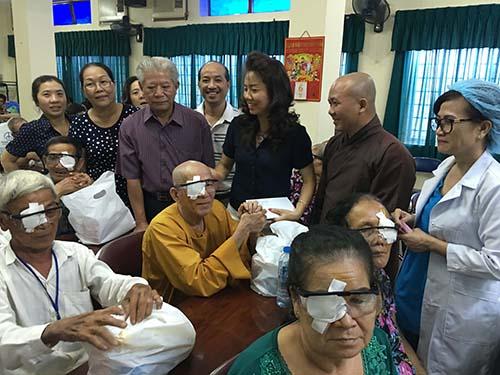 Nhờ đóng góp của các nhà hảo tâm, nhiều người mù nghèo tìm lại được ánh sáng