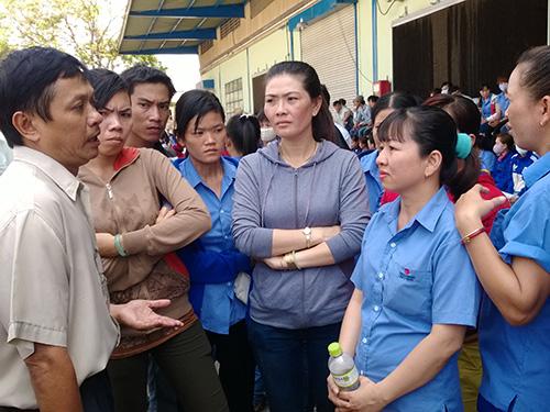 Ông Trần Văn Triều, Giám đốc Trung tâm Tư vấn pháp luật LĐLĐ TP HCM, tư vấn pháp luật cho công nhân