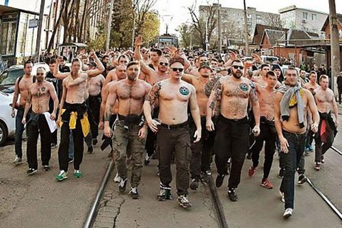 Hình ảnh gây sốc của hooligans Nga trên đất Pháp