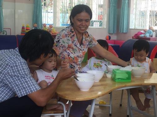 Giáo viên chăm sóc trẻ tại Trường Mầm non Tuổi Ngọc (quận 8, TP HCM)