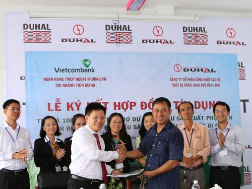 Ông Ngô Minh Nhựt - Giám đốc Vietcombank Tiền Giang (bên trái) và ông Đỗ Lâm - Chủ tịch HĐQT Công ty cổ phần Công nghiệp và Thiết bị chiếu sáng Duhal