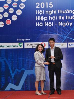 Đại diện Vietcombank (bên phải) nhận giải thưởng Nhà tạp lập thị trường xuất sắc năm 2015