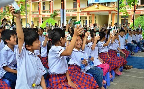 Vinamilk và Quỹ sữa Vươn cao Việt Nam năm 2016 trao tặng sữa cho 40.000 trẻ em