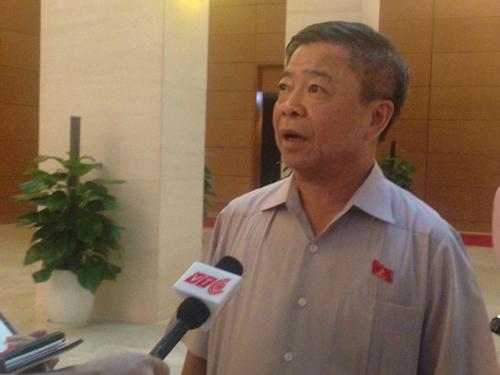 Ông Võ Kim Cự trao đổi với báo chí bên hành lang Quốc hội sáng ngày 25-7