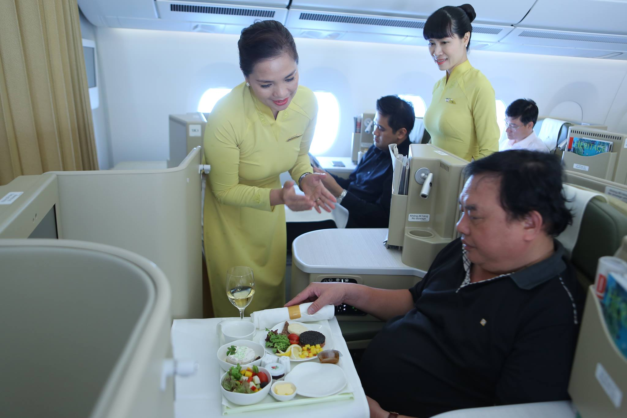 Tiếp viên Vietnam Airlines phục vụ hành khách