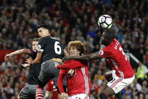 Eric Bailly đánh đầu giải vây trước các cầu thủ Southampton
