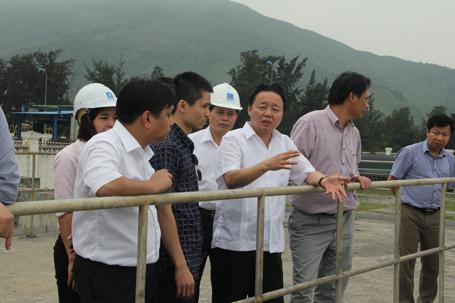 Bộ Trưởng Bộ TN-MT Trần Hồng Hà (thứ 3 từ phải qua) làm việc tại Vũng Áng ngày 28-4 - Ảnh: Tiến Hiệp