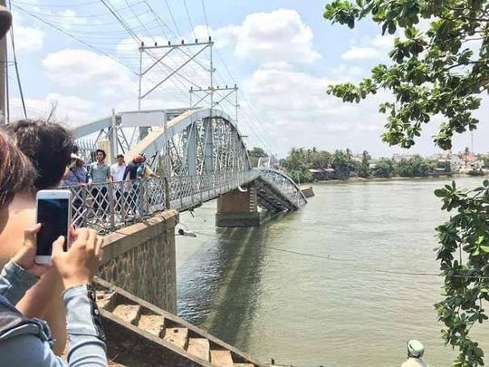 Đường sắt Bắc-Nam đã bị tê liệt sau khi cầu Ghềnh bị sập. ảnh-Phạm Dũng