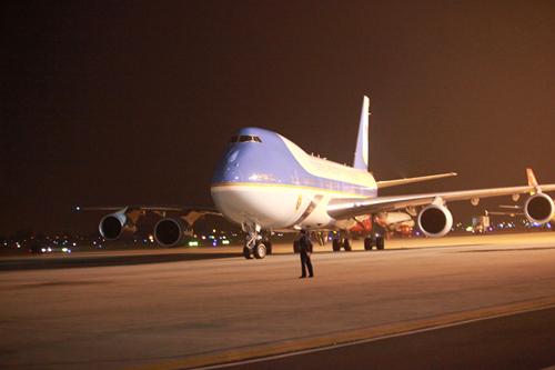 Chiếc chuyên cơ Air Force One chở Tổng thống Obama vừa hạ cánh xuống sân bay Nội Bài lúc 21 giờ 35 phút tối 22-5
