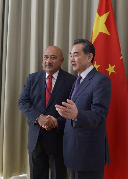 Ngoại trưởng Fiji Ratu Inoke Kubuabola và người đồng cấp Trung Quốc Vương Nghị. Ảnh: Fmprc