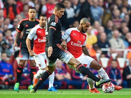 Smalling nén đau trở lại với hy vọng sẽ giúp M.U chặn được Arsenal đang quyết tâm chiến thắng ngay ở Old Trafford sau chuỗi 8 trận không biết thắng Ảnh: REUTERS