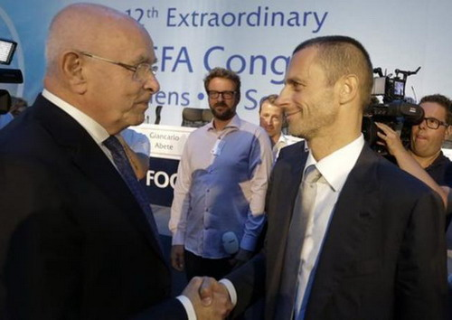 Michael Van Praag (trái) chúc mừng tân chủ tịch UEFA Ceferin