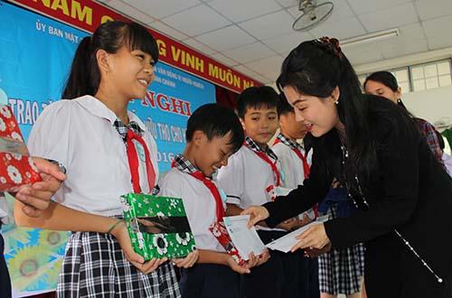 Bà Huỳnh Thị Lan Phương, Phó Tổng giám đốc VWS, trao học bổng cho học sinh nghèo Bình Chánh