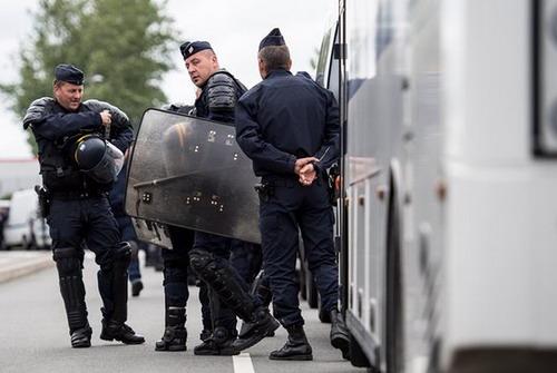 Xe chờ CĐV Nga bị chặn ở Cannes