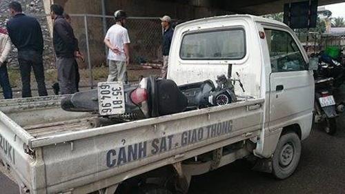 Chiếc xe máy của nạn nhân được đưa về trụ sở CSGT để tiếp tục điều tra, làm rõ