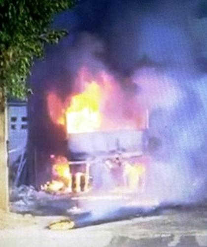 Hình ảnh chiếc xe bốc cháy ngùn ngụt sau khi mang đến xưởng sửa chữa - Ảnh cắt từ clip