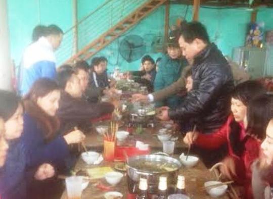 Cán bộ Ban quản lý dự án cải thiện môi trường đô thị miền Trung - Tiểu dự án Thanh Hóa tổ chức ăn uống tại một nhà hàng ở khu vực chùa Bái Đính) trưa ngày 19-2