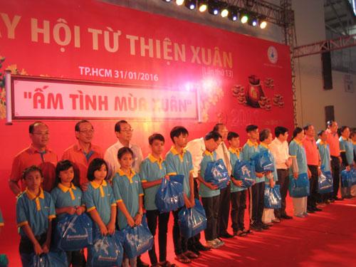 Đại diện cho các cụ già neo đơn, trẻ em khuyết tật nhận quà Tết