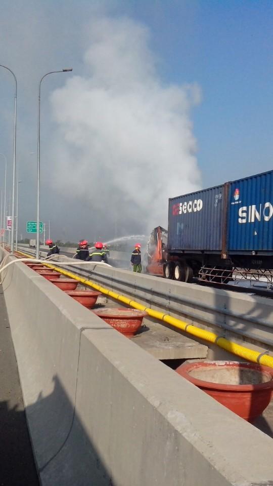 Xe container bất ngờ cháy rụi, cao tốc hỗn loạn