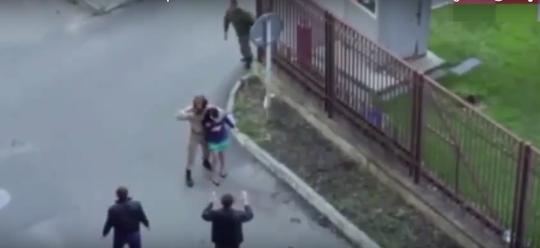 Anh lính lẻn đến sau kẻ bắt cóc... Ảnh: YouTube