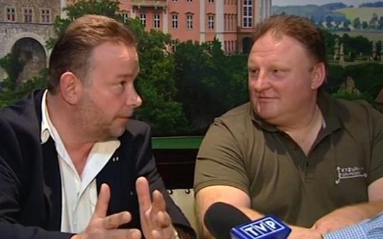 Ông Andreas Richter và Piotr Koper xuất hiện trên kênh truyền hình TVP-Info hôm 4-9. Ảnh: TVP
