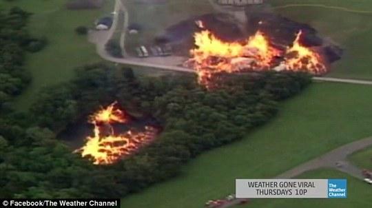 Ngọn lửa cháy bùng bùng trên mặt hồ. Ảnh: Daily Mail