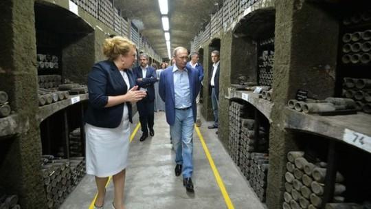Ông Putin và Berlusconi thăm xưởng rượu Massandra. Ảnh: EPA