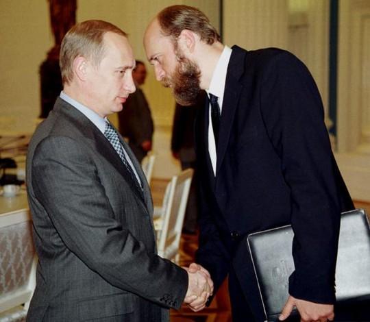 Tài phiệt Nga một thời Sergei Pugachev (phải) và Tổng thống Putin. Ảnh: Reuters