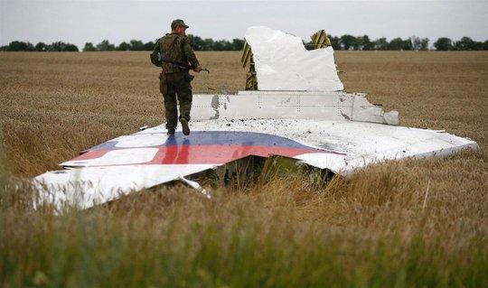 Một mảnh vỡ của chiếc MH17. Ảnh: Reuters