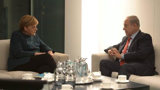 Thủ tướng Israel Binyamin Netanyahu (phải) gặp Thủ tướng Đức Angela Merkel ở Berlin hôm 21-10.Ảnh: EPA