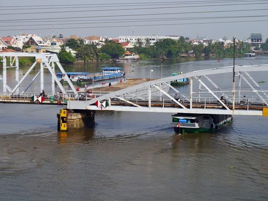 Cầu đường sắt Bình Lợi cũ là cây cầu được xây dựng cách đây hơn trăm năm, nằm song song với cây cầu Bình Lợi mới; nối liền địa bàn hai quận Bình Thạnh và Thủ Đức.
