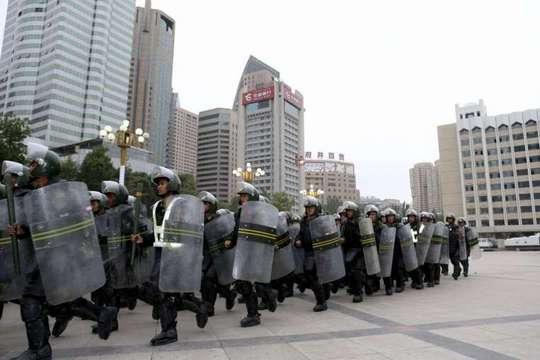 Cảnh sát bán quân sự trong một nhiệm vụ ở Tân Cương. Ảnh: Reuters