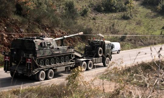 Xe tải chở xe tăng Thổ Nhĩ Kỳ hướng về biên giới Syria. Ảnh: AP