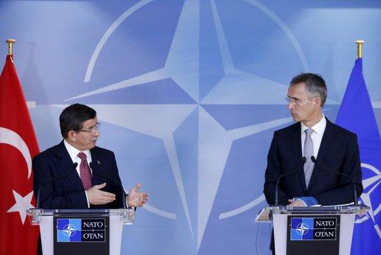 Thủ tướng Thổ Nhĩ Kỳ Ahmet Davutoglu (trái) và Tổng thư ký NATO Jens Stoltenberg trong một cuộc họp tại trụ sở của Liên minh ở Brussels - Bỉ hôm 30-11. Ảnh: Reuters