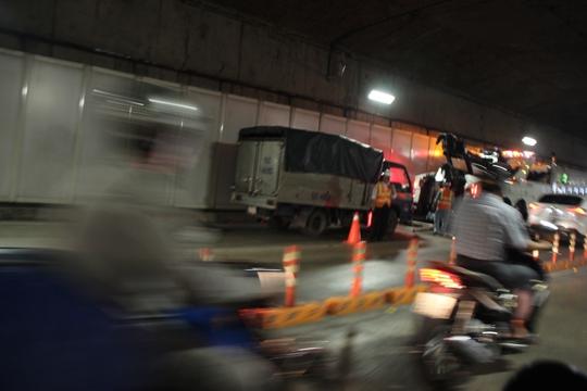 Chiếc xe tải đi đến giữa hầm thì gặp sự cố kẹt chân ga
