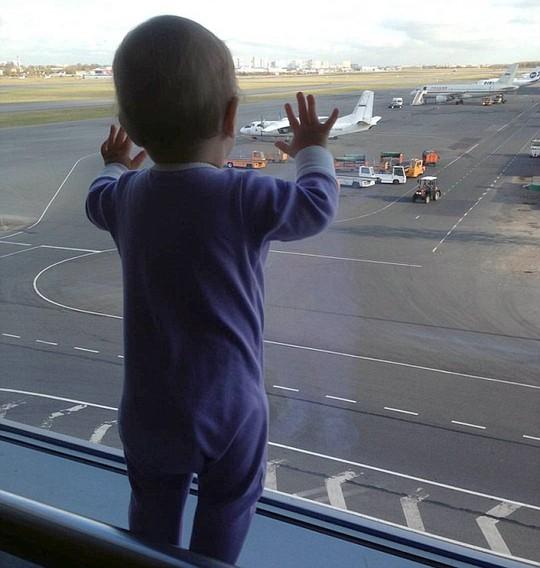 Bức ảnh bé Darina ở sân bay được mẹ chụp cho trở thành hình ảnh cuối cùng của bé và cũng là biểu tượng của thảm họa rơi máy bay ngày 31-10. Ảnh: Daily Mail