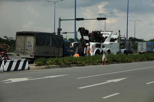 Trung tâm Quản lý đường hầm sông Sài Gòn phải huy động xe cứu hộ kéo chiếc xe tải gặp sự cố ra ngoài
