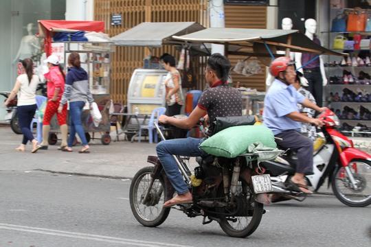 Đa phần các xe cũ kỹ này thường được dùng để giao hàng hóa. Một số thanh niên khi giao hàng còn không đội nón bảo hiểm và chạy với tốc độ cao