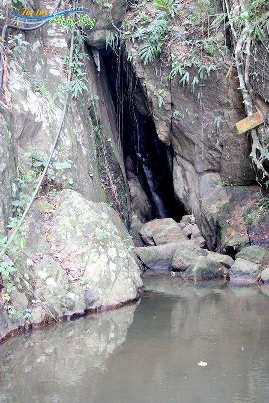 Động Thủy Liêm (núi Cấm)