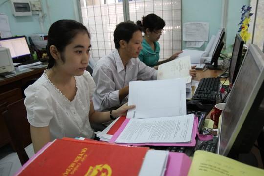 Nhân viên Văn phòng ĐKĐĐ tỉnh Tiền Giang thẩm tra hồ sơ do các huyện chuyển đến - Ảnh: Vân Trường