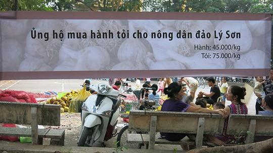 Băng rôn kêu gọi người dân mua hành tỏi ủng hộ cho người dân Lý Sơn - Ảnh: Lê Thanh