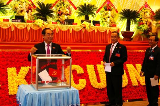 Cựu Bí thư Tỉnh ủy Bình Dương Mai Thế Trung (bìa trái) và tân Bí thư Tỉnh ủy Bình Dương Trần Văn Nam (bìa phải)