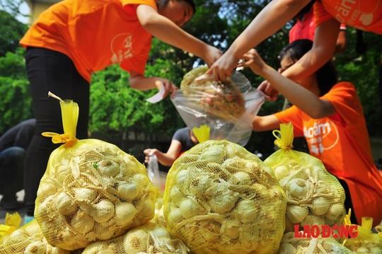 Chung tay ủng hộ mua hành, tỏi cho bà con nông dân đảo Lý Sơn tại Hà Nội.