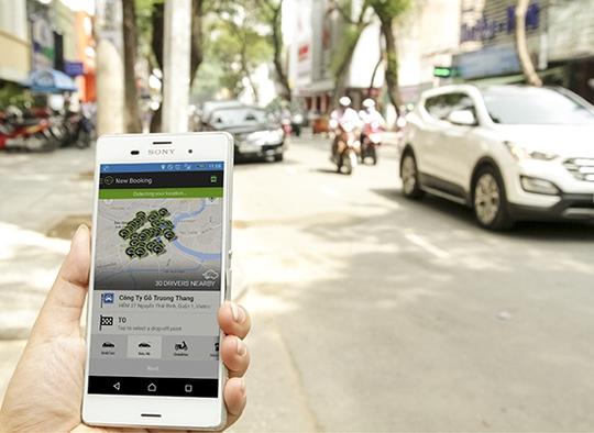 Một người dân đang đặt xe taxi thông qua ứng dụng Grab Taxi. Ảnh: Thành Hoa