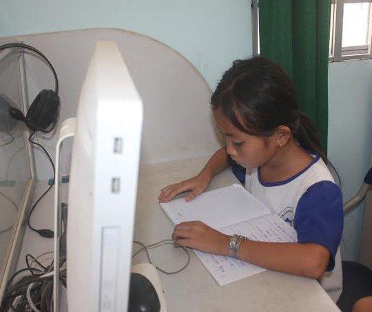 Em Giáp Thị Hồng Nhung trong giờ học.